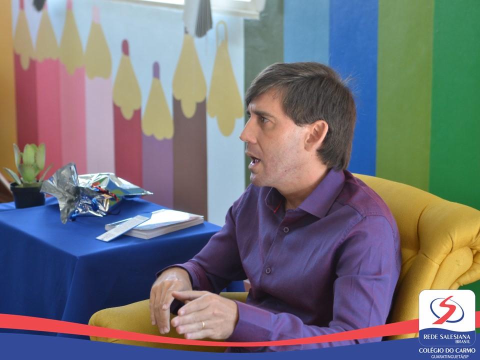 Estudantes recebem a visita do escritor Rodrigo Nunes